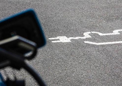 Elektroautos: Sonderrechte mit E-Kennzeichen. Vorteile E-Autos Parkplätze & Regeln